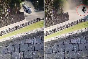Clip: Người bị phụ nữ bị hất tung ra khỏi xe ô tô sau cú va chạm