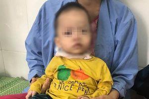Hóc giấy trong lúc chơi đùa, bé 16 tháng tuổi phải nhập viện