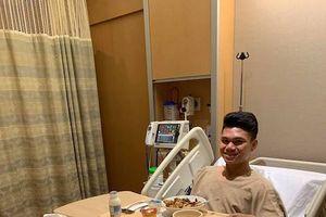 Các tuyển thủ Việt Nam chúc mừng hậu vệ Xuân Mạnh đã phẫu thuật thành công