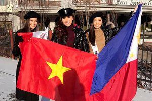 Minh Tú giương cờ Việt Nam đầy tự hào trong hoạt động ngoài trời