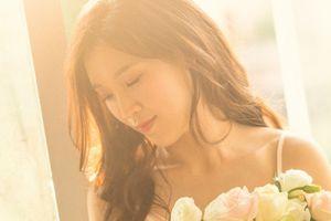 Hoa hậu Phí Thùy Linh diện váy ngủ gợi cảm đón tuổi 30
