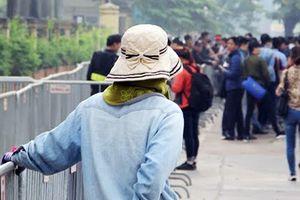 Động thái ngược đời chưa từng có của 'cò vé' trước cổng Liên đoàn Bóng đá Việt Nam