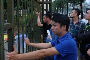 Người hâm mộ mệt mỏi bám cổng VFF chờ nhận vé online trận Việt Nam – Philippines