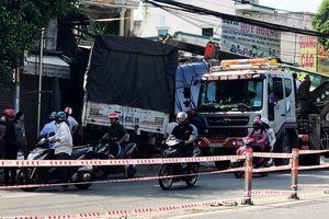 Xe tải nổ lốp, tông sập 2 nhà dân ở Sài Gòn