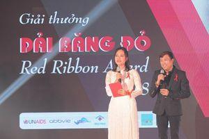 Hồng Ánh lần đầu làm MC tại giải thưởng Dải băng đỏ 2018