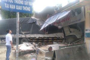 Xe tải lao vào nhà dân, người phụ nữ thoát chết trong gang tấc