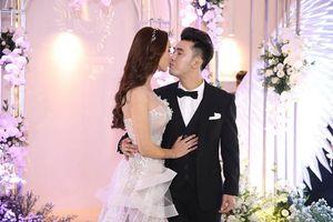 Ưng Hoàng Phúc trao vợ nụ hôn ngọt ngào trong lễ cưới