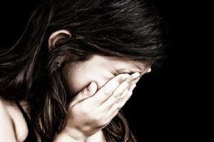 Bé 11 tuổi nhiều lần bị cha dượng hiếp dâm sau khi cho xem phim 'đen'