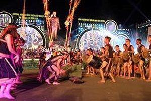 Nghìn người đứng chật đường chiêm ngưỡng vũ điệu cồng chiêng trên phố