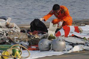 Hộp đen máy bay rơi tại Indonesia: Đầu máy bay chúi xuống 11 phút