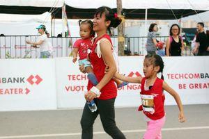 Mẹ và con căng sức trên đường chạy Marathon Quốc tế TPHCM 2018