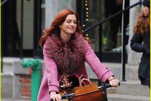 Mặc đồ sang chảnh, Anne Hathaway gây chú ý khi đi xe đạp trên phố