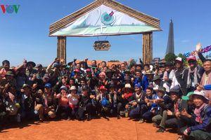 700 thanh niên Campuchia đi bộ vượt rừng hướng về nguồn