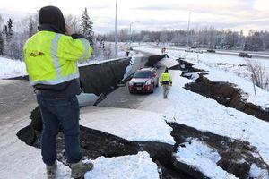 Quang cảnh đổ nát sau động đất 7 độ richter rung chuyển Alaska