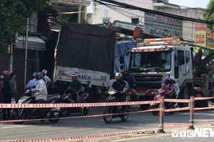 Xe tải tông sập 2 căn nhà ở TP.HCM, người dân bỏ chạy tán loạn