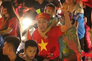 Người hâm mộ Việt Nam nhuộm đỏ các tuyến phố Hà Nội sau chiến thắng của tuyển Việt Nam tại AFF 2018