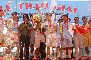 Khoảnh khắc phấn khích nâng cao cúp vô địch của trường Trương Định