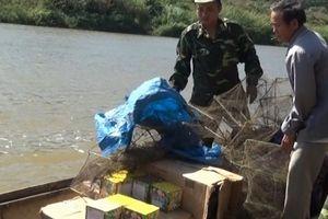 Đò máy vượt sông chở gần 300 kg pháo lậu từ Lào về Việt Nam