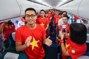 CĐV cuồng nhiệt hát Quốc ca từ trên máy bay xuống đường ở Philippines