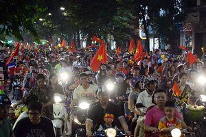'Biển người' xuống đường mừng chiến thắng của đội tuyển Việt Nam