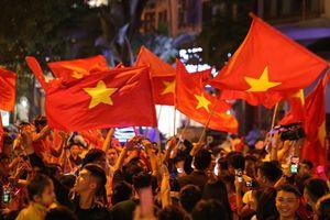 Hà Nội rợp cờ mừng chiến thắng của các chàng trai áo đỏ
