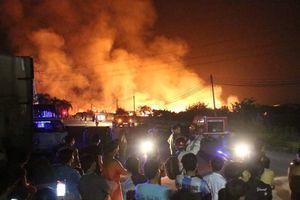 Cháy lớn xưởng sản xuất gỗ ở Bình Dương, nửa đêm vẫn miệt mài dập lửa