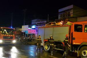 Hiện trường cảnh sát đập tường giải cứu 20 người vụ cháy khu nhà trọ ở TP.HCM