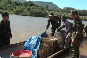 Vờ đánh cá trên sông Sê Pôn, cụ ông 72 tuổi chở theo 282 kg pháo