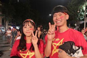 Khách Tây, Hàn rầm rập đổ ra phố, phấn khích hô vang 'Việt Nam vô địch'