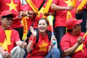 CĐV rồng rắn đến sân Panaad cổ vũ tuyển Việt Nam đối đầu với Philippines