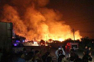 Bình Dương: Xưởng gỗ hàng nghìn mét vuông bất ngờ bốc cháy trong đêm