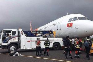 Vụ máy bay rơi lốp: 2 phi công bị tịch thu bằng lái, Vietjet gửi lời xin lỗi hành khách