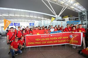 Hàng trăm cổ động viên Việt rợp cờ đỏ sao vàng sang Philippines cổ vũ bóng đá