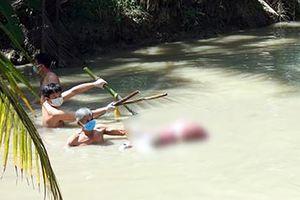 Thi thể phụ nữ bị trói chân chìm dưới nước và vết máu trên nền nhà