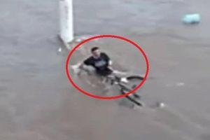 Clip: Cố vớt xe đạp trong lũ dữ, bị nước xiết cuốn chết thảm