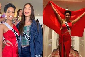 Bận thi Hoa hậu Hoàn vũ, H'Hen Niê không quên giương cao quốc kỳ chúc đội tuyển Việt Nam chiến thắng