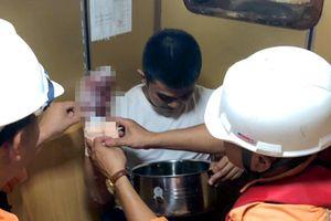 Cứu thuyền viên Philippines bị dập nát tay phải
