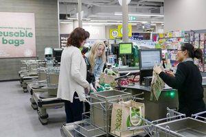 Tiêu thụ túi nhựa giảm hơn 80% sau khi 2 siêu thị lớn nhất Úc 'cấm cửa'