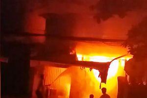 Cảnh sát đập tường, phá cửa cứu 20 người mắc kẹt trong đám cháy