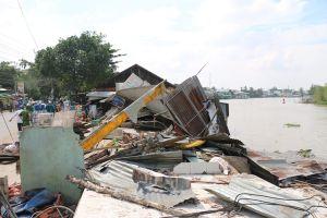 An Giang: Sạt lở làm 3 ngôi nhà lọt xuống sông