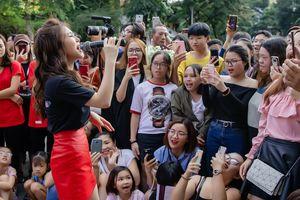Hương Tràm ngạc nhiên khi thấy đông đảo fan nhí đồng thanh hát 'Duyên mình lỡ'