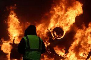 Hình ảnh Paris trải qua ngày thứ Bảy khói lửa, nhiều ôtô bị đốt