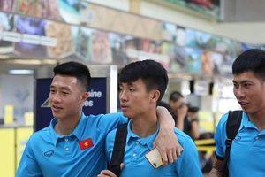 ĐTQG Việt Nam tươi cười ở sân bay Philippines trước khi về nước