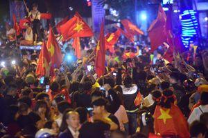 Hà Nội: Sắc đỏ tràn ngập phố phường sau khi Việt Nam thắng Philippines