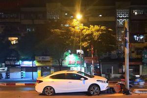 Hà Nội: Ô tô tông gãy trụ đèn cầu vượt, tài xế không có mặt ở hiện trường