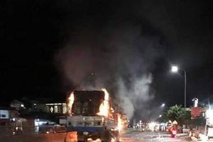 Xe tải bốc cháy ngùn ngụt giữa quốc lộ