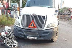 Bị yêu cầu dừng xe để kiểm tra, tài xế lái container tăng ga bỏ chạy rồi tông thẳng vào xe đặc chủng CSGT ở Sài Gòn