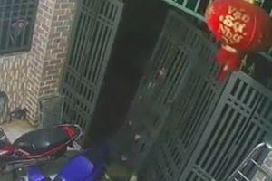 Tên trộm tháo luôn cả cửa cổng để trộm xe