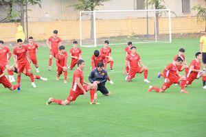 Đội tuyển Việt Nam đón vị khách đặc biệt trong buổi tập đầu tiên trước bán kết lượt về
