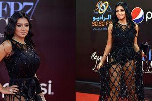 Mặc váy khoe chân, sao nữ Ai Cập đối mặt nguy cơ 'bóc lịch'